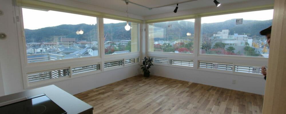 壁が白く、床のオーク材の明るさで、景色がより際立ちます